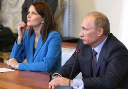 Russian Prime Minister Vladimir Putin (R) and his Finland counterpart Mari Kiviniemi