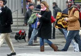 Smart phones foster dumb habits among pedestrians (AP)