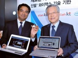 Sriram Viswanathan (L), vice president of Intel's Architecture Group, and South Korea's KT chairman Lee Suk-Chae