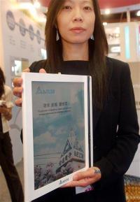 Taiwan firms display e-readers at computer show (AP)